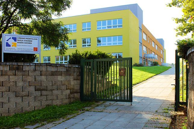 Vstupní brána do areálu školy