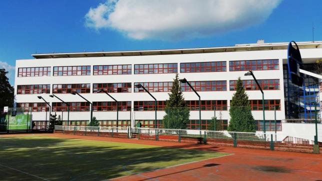 Škola a hřiště