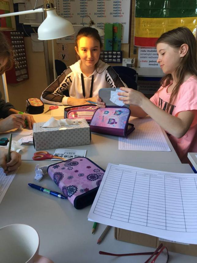Děti se učí slovní druhy v hodině českého jazyka
