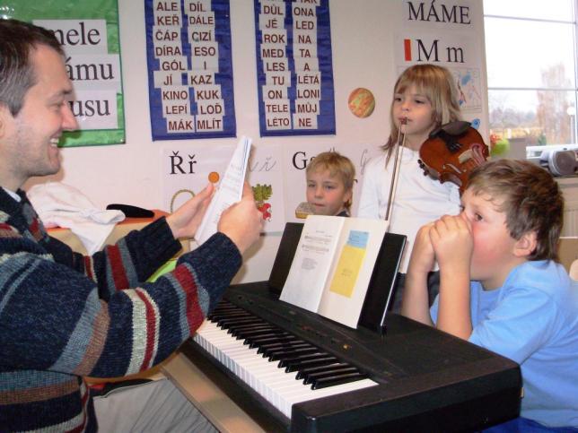 Hodina hudební výchovy ve škole