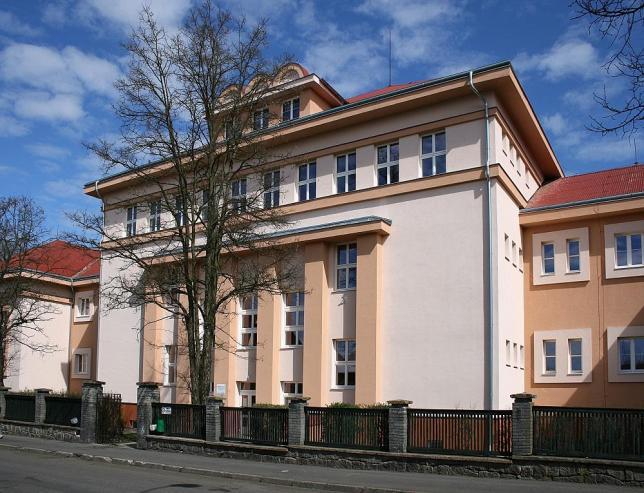 Budova školy v ulici Komenského v Sokolově