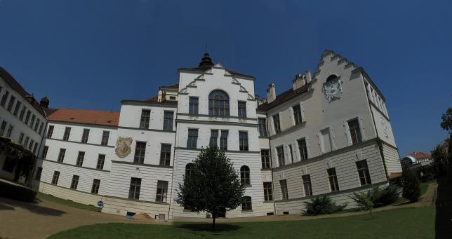 Budova A ze dvora