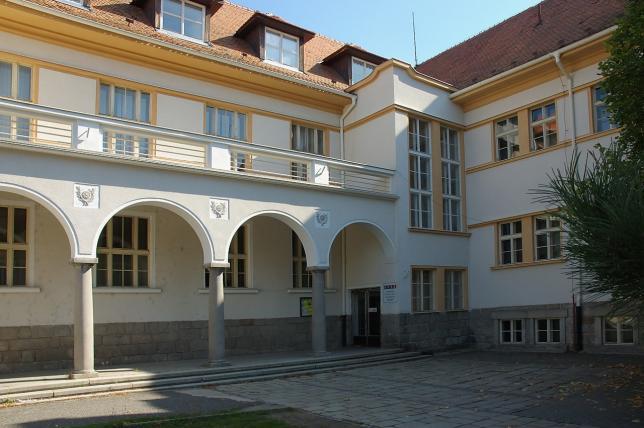 Přední část budovy školy