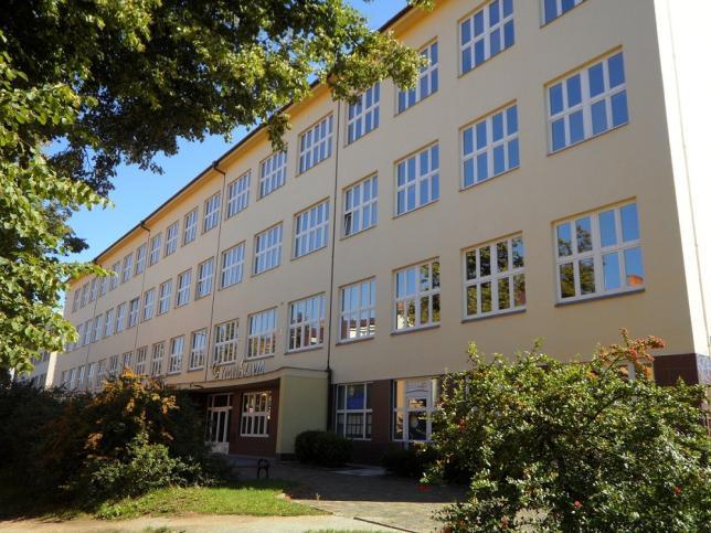 Pohled na budovu školy z ulice Seifertova