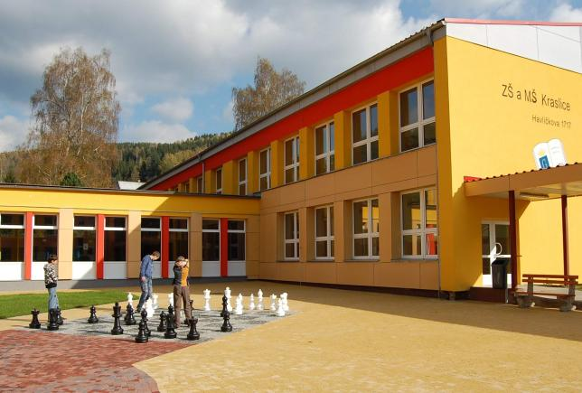 Naše škola a její nádvoří