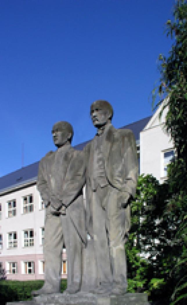 Sochy T.G.Masaryka a E. Beneše na zahradě