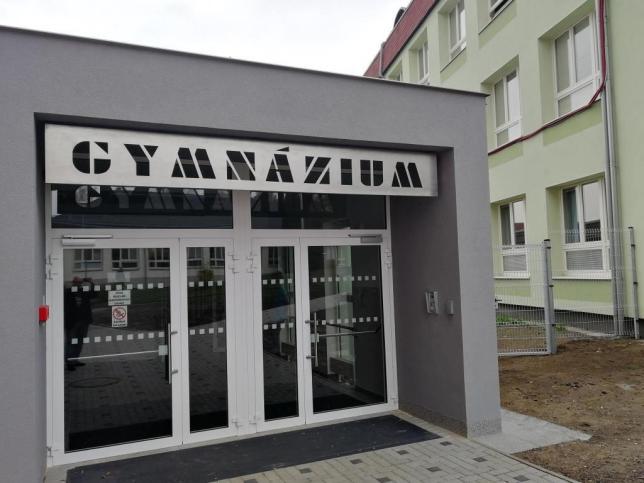 Nový hlavní vchod a pavilon se šatnami